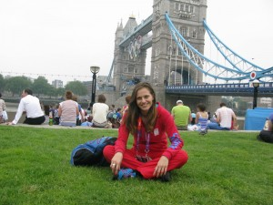 Odpočinok pri olympijsky vyzdobenom Tower Bridge